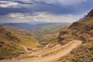 Route sinueuse le Sani Pass entre le Drakensberg et le lesotho - 4x4 obligatoire