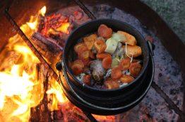 Préparation du Potjie au feu de bois en afrique du sud