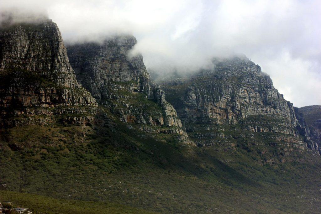 table-mountain-nuageux-afrique-du-sud-decouverte